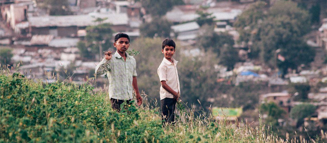 Deux petits garçons devant les bidonvilles